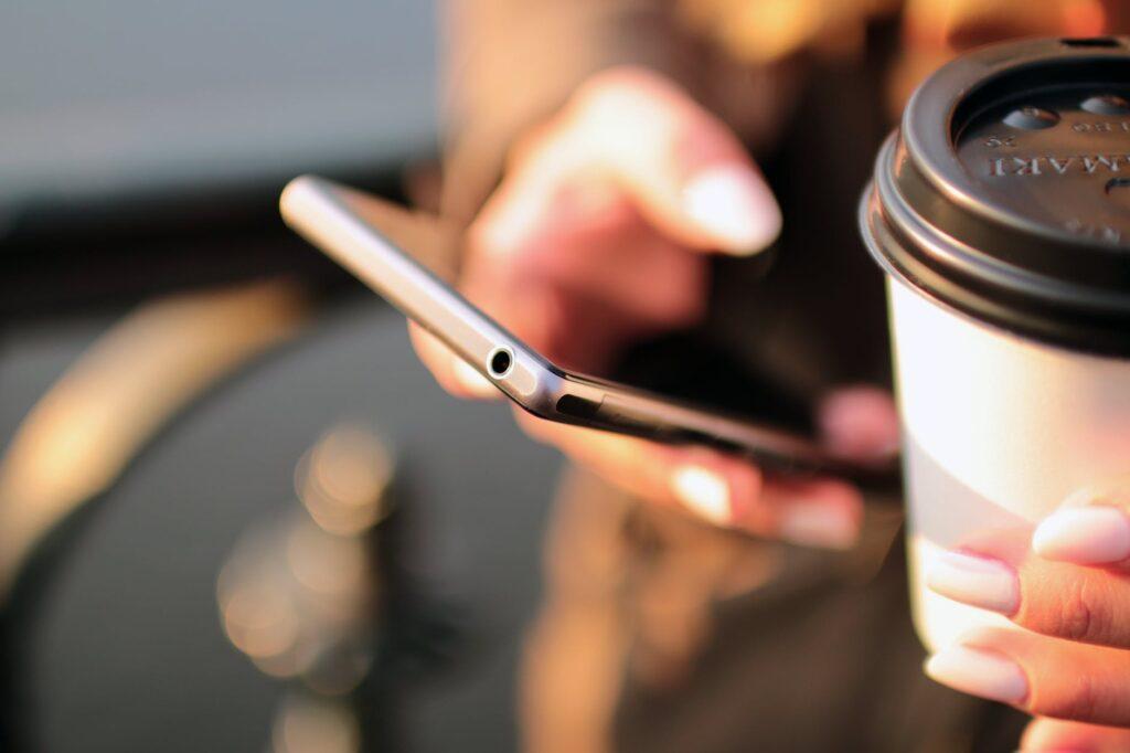 Aplikacja Tinder w telefonie